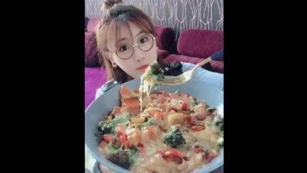 漂亮妹子吃时蔬芝士焗饭, 放了好多芝士, 吃的很淑女