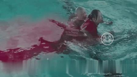 """50岁大妈深陷黄昏恋无法自拔, """"例假""""期间游泳染红泳池惹众怒"""