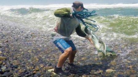 实拍老外站在海浪的风口, 往浪尖上撒网打鱼, 这种捕鱼方式太爽了