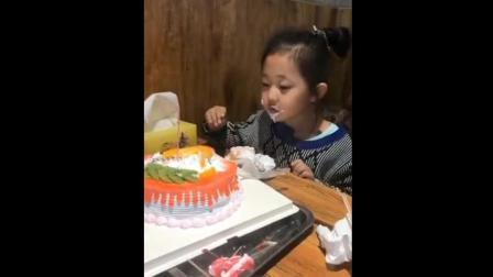 爸爸过生日蛋糕全让何依诺吃了, 真是幸福的一家子