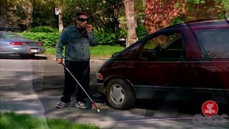盲人吸烟把烟丢进你车里! 恶作剧
