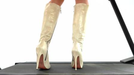 美女穿高跟鞋挑战跑步机, 不要自己的脚了