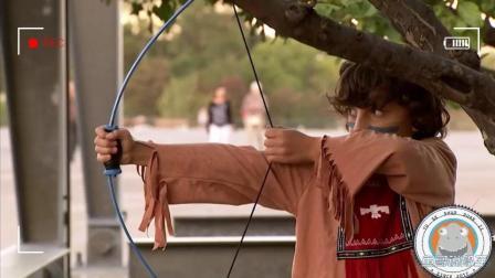 恶搞实拍: 国外小孩用弓箭恶作剧后, 路人直呼不雅!