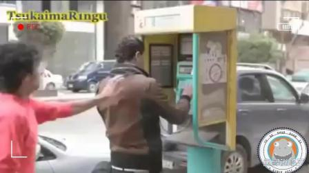 恶搞实拍: 国外小伙街头恶搞路人, 被路人狂追几条街!