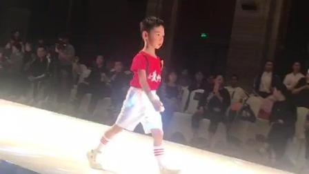 卓歌歌2017年10月23日杭城比赛: 走秀成长视频