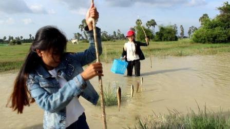 美女河边钓鱼, 一条线挂10几个钩放河里, 拉上来一串鱼