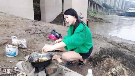 长腿丝袜美女主播周馨馨体验户外生活 河堤上生火做饭