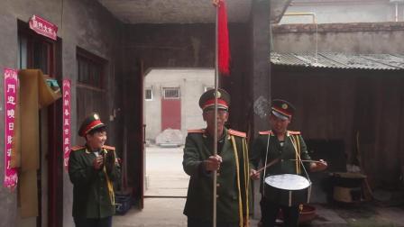 农村小伙从小喜爱音乐, 就找村里的大爷组成了时尚的老男孩乐队!