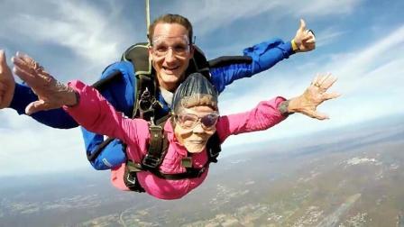 脸被吹变形也高兴! 94岁老奶奶过生日玩高空跳伞 全家人支持