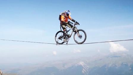 人车合一! 山地车大神扁带上平衡骑车 低头就是悬崖深沟