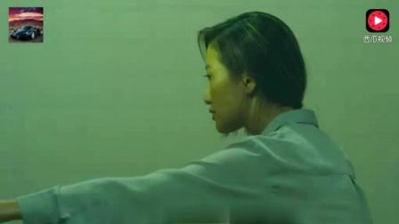 美女老师发现女同学进了厕所, 跟着进去后, 发现这灵异的一幕!