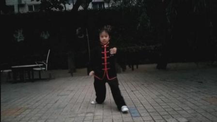 大连5岁小女孩, 练太极。