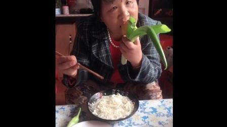 美食小吃货;和婆婆一起吃早餐, 南瓜馒头水煮面条还有大葱辣椒蘸酱吃