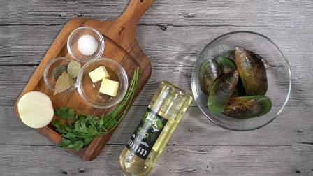 两分钟学会做浪漫的法国菜[法式白葡萄酒烩青口贝+蒜香法棍]