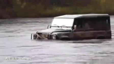越野车能爬山, 能不能过河呢? 看丰田普拉多和路虎卫士谁更厉害?