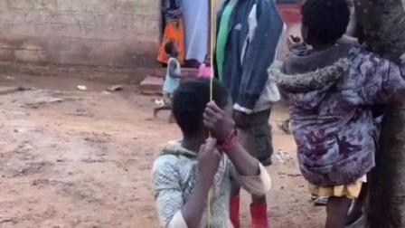 看非洲: 雨后黑人孩子们短袖裙子羽绒服齐上阵, 乱穿衣