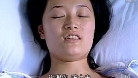 男医生给女病人检查病情, 嘱咐要尽快手术!