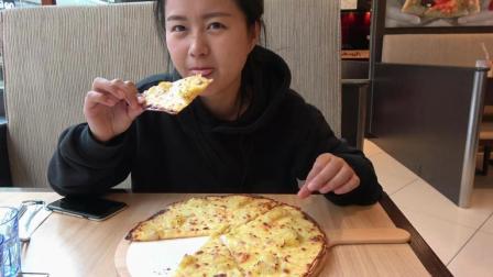 """网红美食""""榴莲披萨"""", 烤过后的榴莲又香又臭, 有多少人能吃的下"""