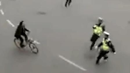 马拉松出现惊险一幕 市民骑车闯进封闭赛道