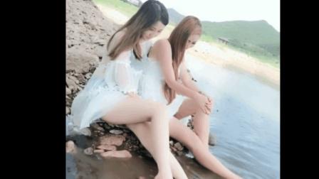 郊外遇见的绝色姐妹花, 穿着丝袜就在河里泡脚