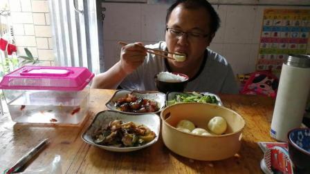 中国吃播云哥 小笼包+红烧肉+西兰花+青瓜炒肉 萌宝爱吃西蓝花 鱼儿桌上游