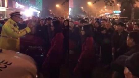 女子逆行被查拒不配合 交警执法获全场鼓掌