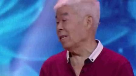 80岁老人带童年铜瓶, 老人现场落泪, 专家称价值是无法衡量的!