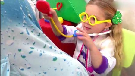 宝宝秀: 亲子过家家! 国外小萝莉扮医生给爸爸和弟弟检查身体!