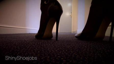 气质美女穿高跟鞋走猫步, 漂亮的步伐