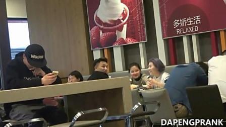 神秘小伙打喷嚏 吃冰淇淋的美女跳广场大妈都不知所措了