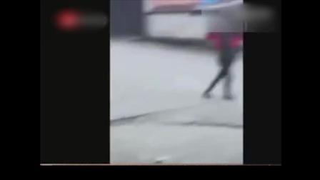 """温州女子约小姐妹当街群殴""""小三"""" 挥掌"""