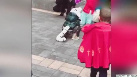 吴京儿子万圣节cos白虎超呆萌 拖长尾巴蹦跳爬行 171101