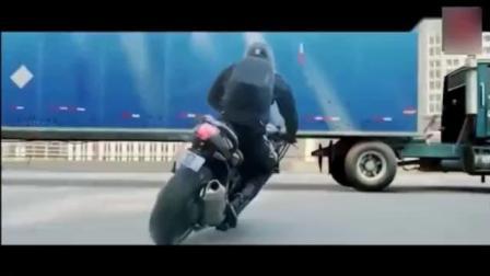小伙这宝马摩托车骑得就是牛, 全城500辆警车2000警察都追不上!