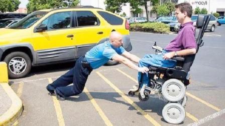 大叔发明这变形轮椅, 可载人直立行走, 轻松上下楼, 被大公司看中