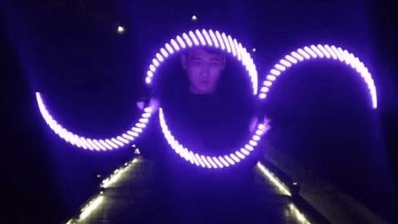 小伙酷玩视觉杂耍 灯光一起简直666!