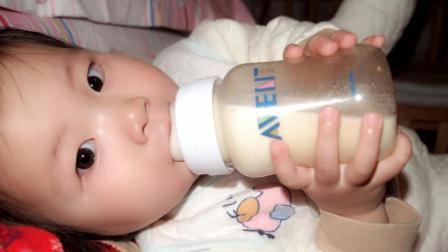 """喂奶时的小习惯, 竟害宝宝成""""歪脖子"""", 宝妈们千万注意了!"""