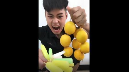 美食小吃货: 帅小哥秒吃芒果雪糕加辣椒老干妈!