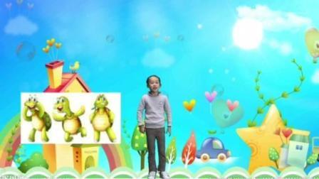 一年级小朋友Nancy表演英语故事《We Are Friends 》后飞走了