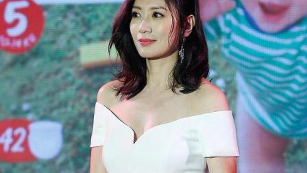 贾静雯穿白色长裙显妩媚, 女人味十足