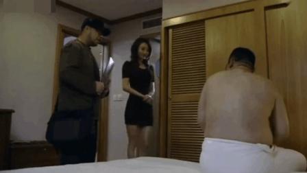 导演只披着条浴巾小伙就将美女带来面试了, 结局当然是皆大欢喜