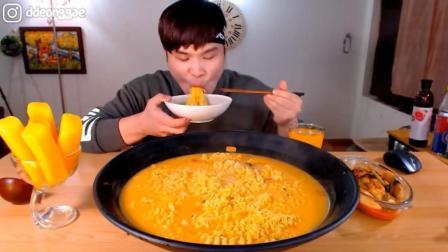 韩国大胃王胖哥, 吃一大碗芝士拉面, 没吃饱, 又加了一碗饭拌着吃