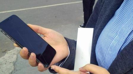 「科技三分钟」 iPhone X 全国首碎, 美女太激动, 手一抖前后都碎了