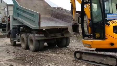 自卸车运输小型挖掘机, 看看挖掘机是怎么上车的