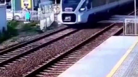女子跑步横穿铁轨被火车撞飞数十米 生死未卜