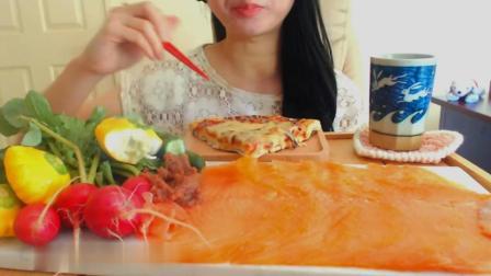 三文鱼披萨新鲜蔬菜, 美女一个人吃的美滋滋, 发出清楚的咀嚼声