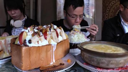 超大的水果蜂蜜吐司面包, 加一大盆奶油意大利面, 一般人还真吃不了