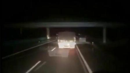 货车司机开夜车高速上睡着了, 后面司机狂按喇叭, 救了他一命