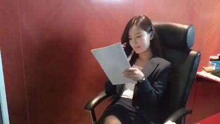 清纯美女忙碌工作中