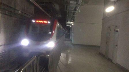 合肥地铁1号线列车往合肥火车站站方向,上行驶进合肥南站站!
