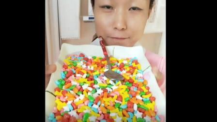 美食小吃货;大姐这是把儿子的糖给偷吃了啊 少点吃 要不然孩子该哭了